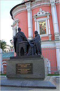 Богоявленский монастырь. Памятник Иоанникею и Сафронию Лихудам